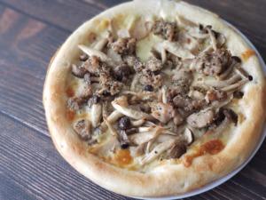 【業務スーパー冷凍ピッツァ生地レシピ】たっぷりきのことソーセージのクリームソースピッツァ